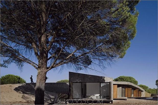 Beton-Haus-begraben-unter-künstlich-Sanddünen-4-Fassade-Seite.jpg