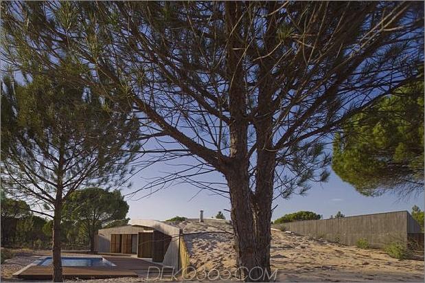 Beton-Haus-begraben-unter-künstlich-Sanddünen-5-Bäume-Pool.jpg