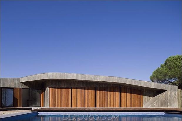 Beton-Haus-begraben-unter-künstlich-Sanddünen-8-Fensterläden.jpg