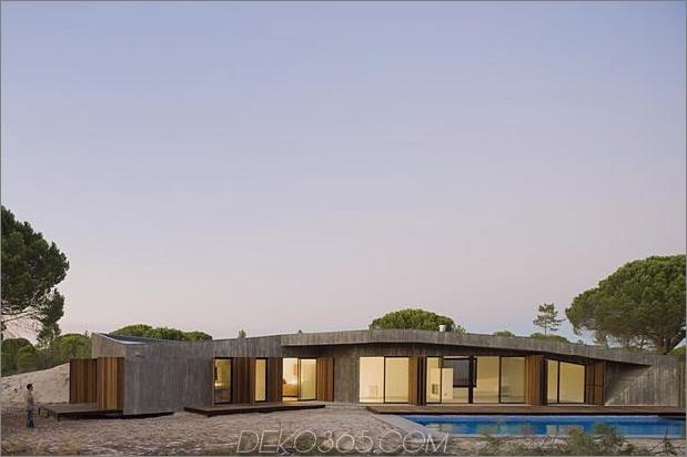 Beton-Haus-begraben-unter-künstlich-Sanddünen-9-Fensterläden.jpg