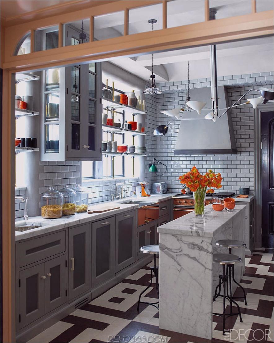 Industrielle graue Küche mit orangefarbenen Akzenten