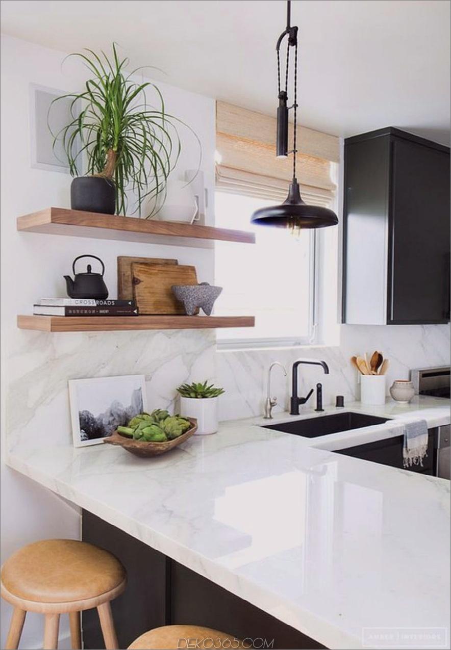 Monochromatische Küche mit einer Halbinsel von Amber Interiors