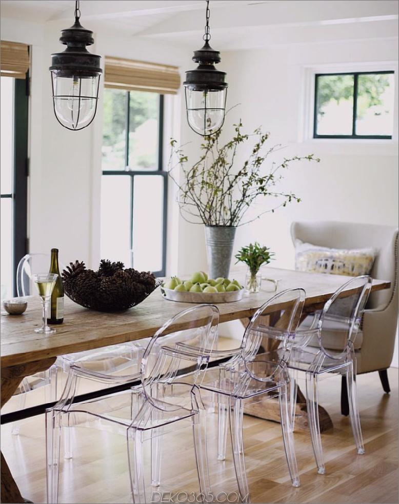 klare sitzplätze mit holztisch Licht und luftige Räume ohne Verwendung von überwiegend Weiß