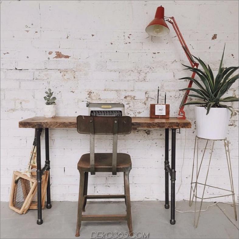 Hoher Schreibtisch mit aufgearbeitetem Holz und Rohren