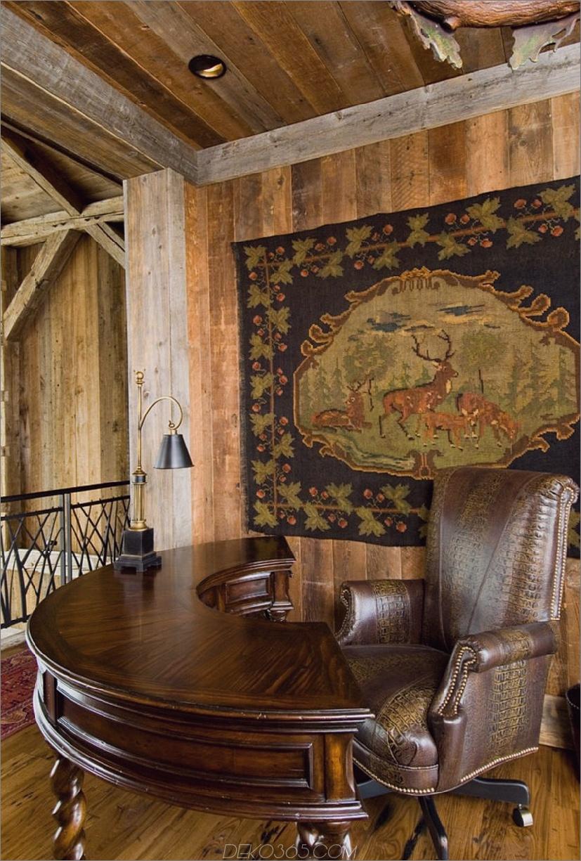 Wand aus wiederverwendetem Holz und alter runder Schreibtisch
