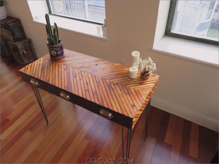 Zurückgeforderter Chevron-Schreibtisch aus Holz