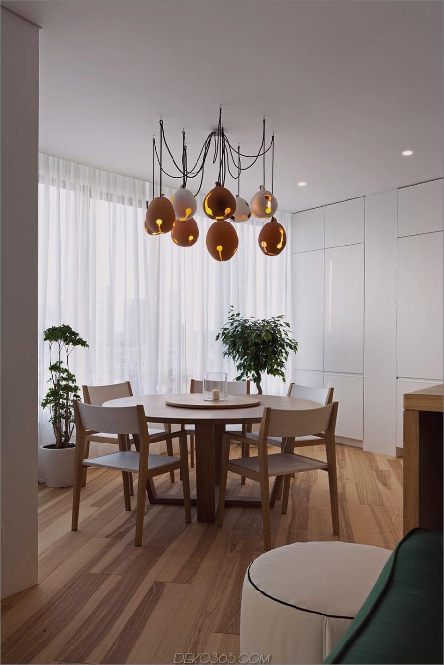 Minimales Interieur wird mit einzigartigen Accessoires wie diesen Lichtern im Essbereich populär