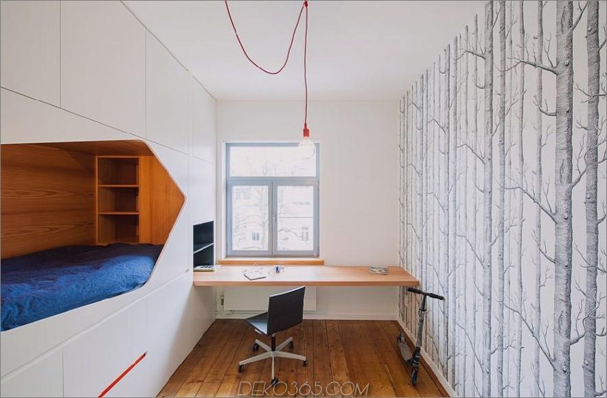 Eingebautes Bett und Schreibtisch