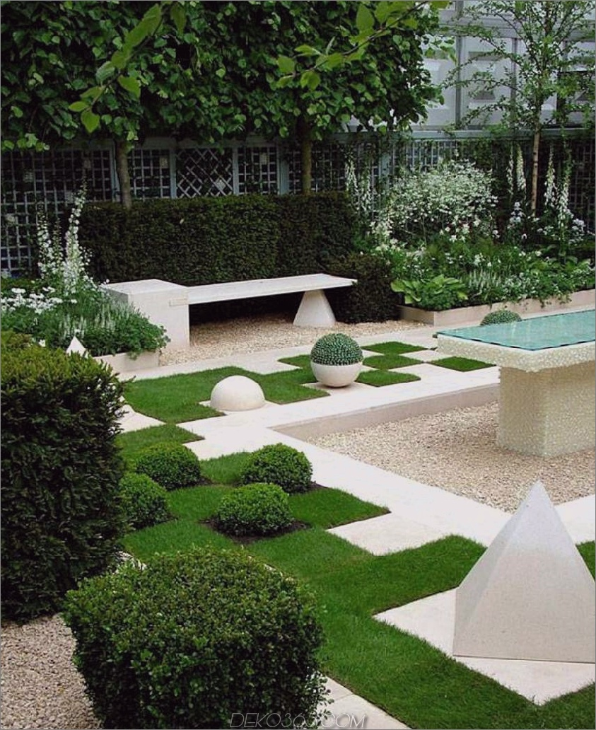 Garten mit weißem Kies und Blüten