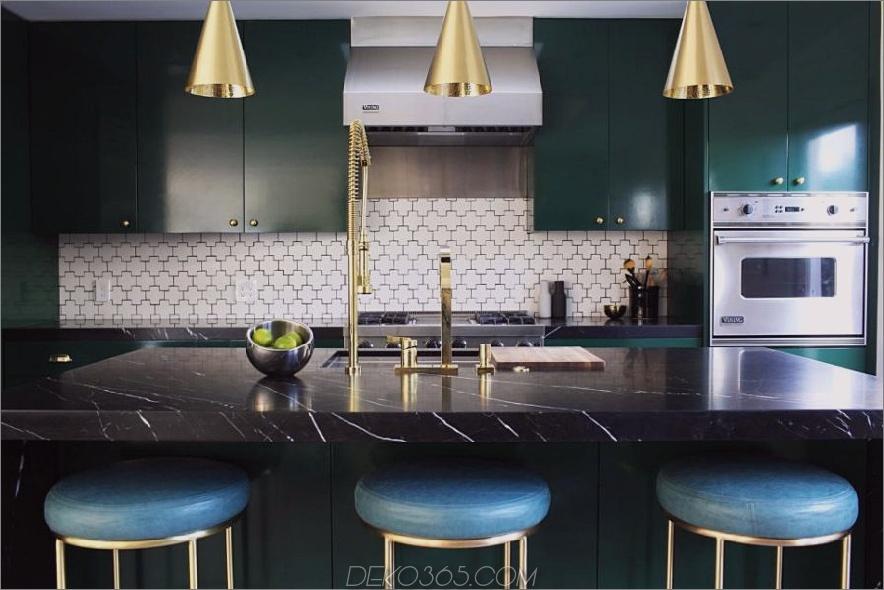 Grüne Küche mit Schweizer Kreuzfliesensplash von Caitlin McCarthy Designs