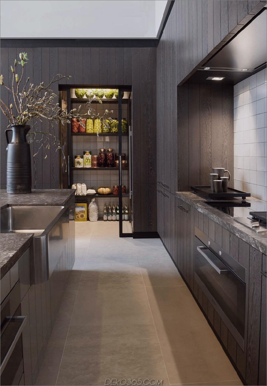 Moderne schwarze Küchenvorratskammer