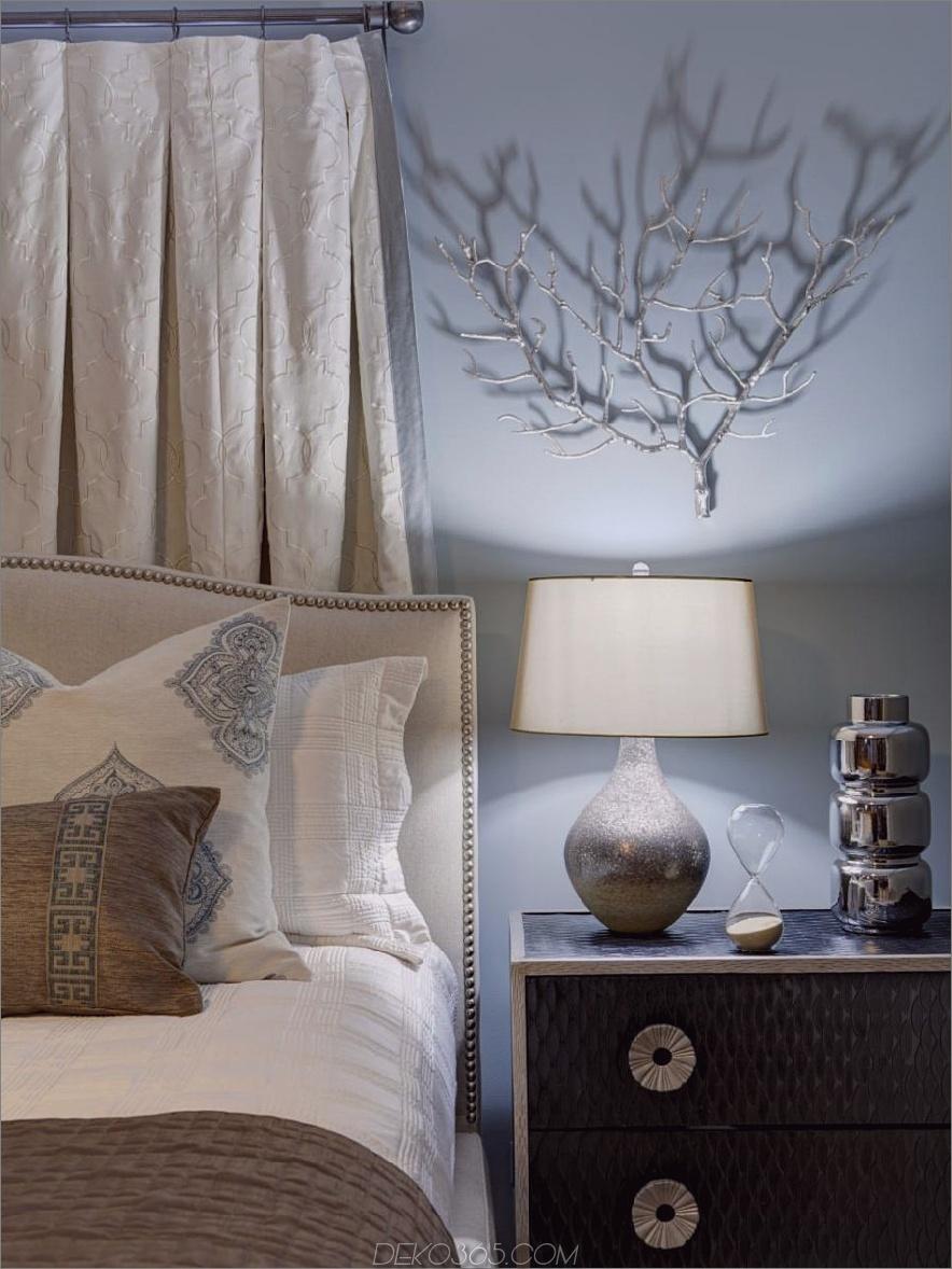 Metallic Wandbehang in einem Schlafzimmer von Erica Lugbill