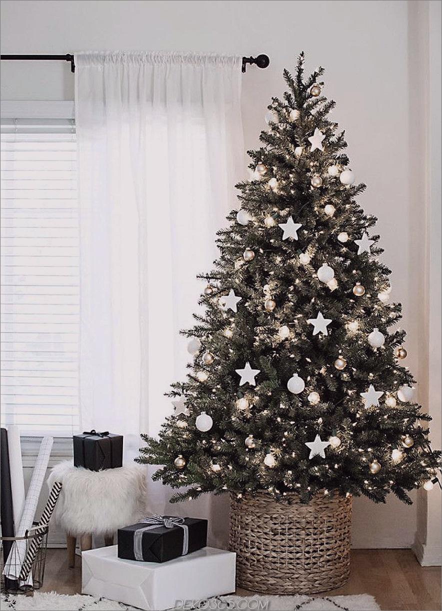 Reichhaltiger Weihnachtsbaum mit minimalem Dekor