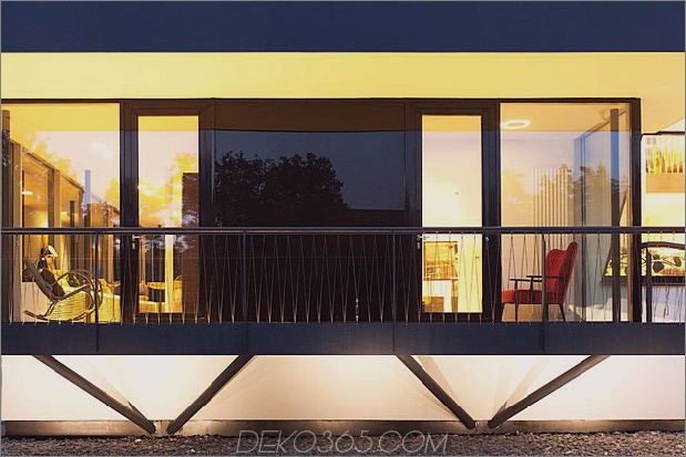 Modern-Cottage-Stil-Haus-mit gewölbten Dachgeschoss-Zimmern-5-schwarz-gloss-wall.jpg
