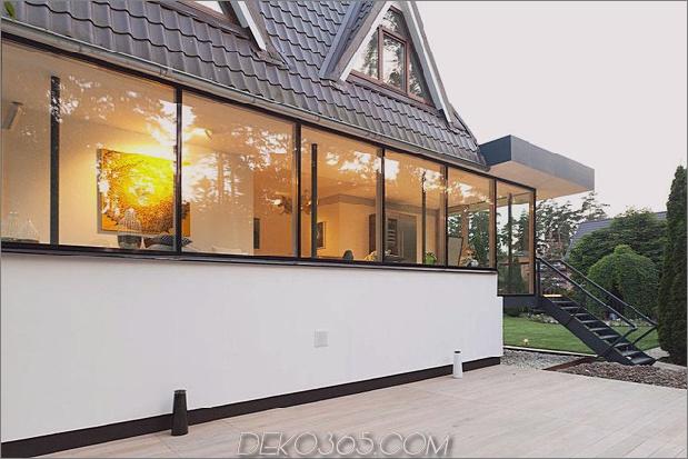 Modernes Landhausstil-Haus mit gewölbten Dachgeschoss-Zimmern-7-seitig-Flur-Fenstern.jpg