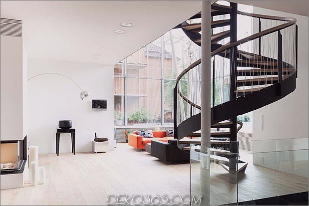 Modern-Cottage-Stil-Haus-mit gewölbten Dachgeschoss-Zimmern-10-Wendeltreppen-Wohnzimmer.jpg