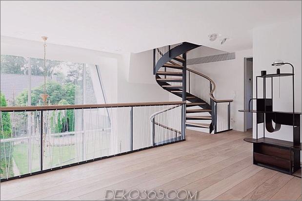 Haus im modernen Landhausstil mit gewölbten Zimmern im obersten Stockwerk-14-Sekunden-Geschichte-Landung.jpg