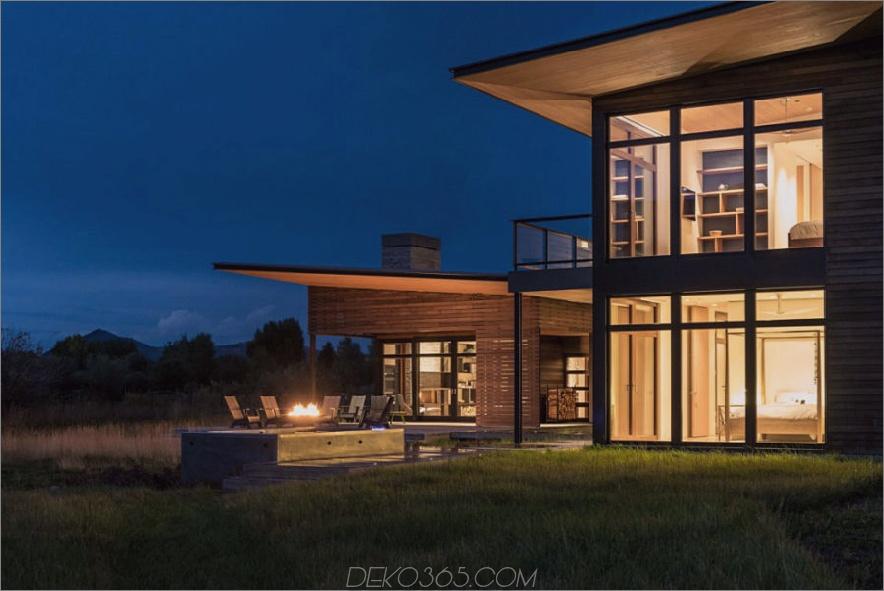 Die Feuerstelle beleuchtet die Terrasse bei Nacht