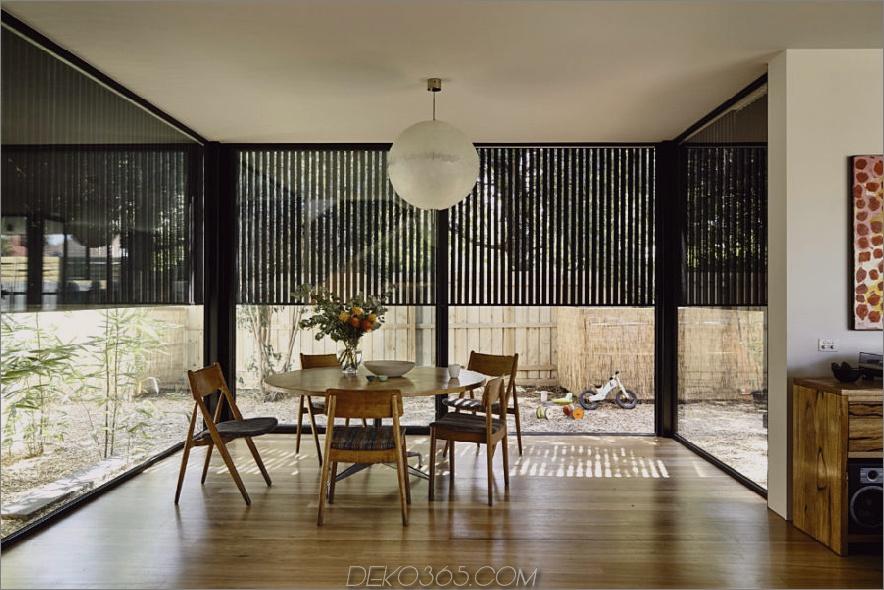 Der Essbereich ist teilweise mit einem schwarzen Holzschirm geschützt. 900x600 Modernisiertes Haus aus dem 19. Jahrhundert mit zeitgenössischer Holzverlängerung