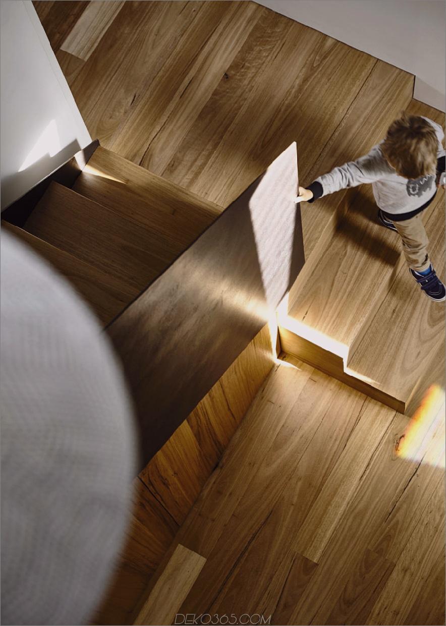Dasselbe Holz bedeckt die Treppe