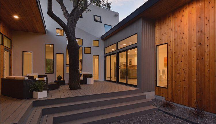 Mutiges und modernes U-förmiges Hofhaus, entworfen um Bäume_5c58f59014443.jpg