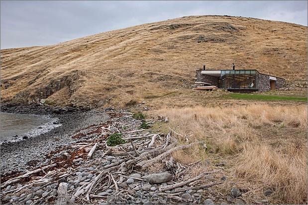 3-Sustainable-Oceanfront-Cabin-Remote-Vulkan-Bergseite.jpg