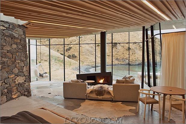 8-Sustainable-Oceanfront-Cabin-Remote-Vulkan-Bergseite.jpg