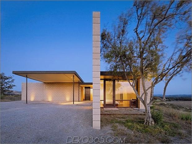 Passiv gekühltes Haus-mit-Außen-Wohnräumen-5-Einfahrt-Seite.jpg