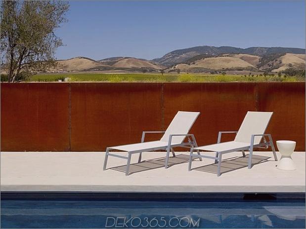 Passiv gekühltes Haus-mit-Outdoor-Wohnräumen-9-Stühlen-rust-wall.jpg