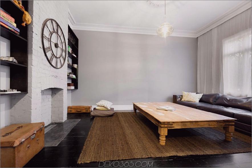 Das elegante Wohnzimmer verfügt über freiliegende bemalte Ziegelsteine
