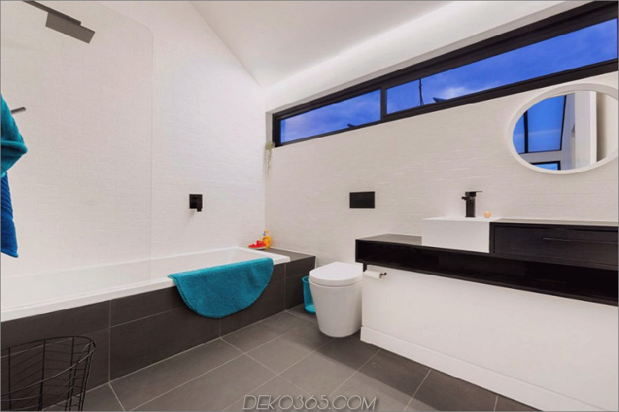 Das schlanke Bad bietet etwas Tageslicht vom einzigen Spiegel