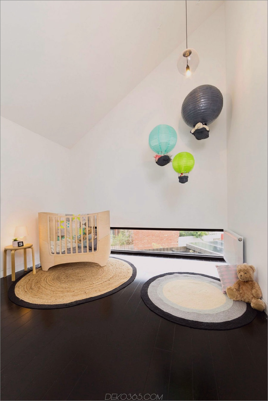 Kinderzimmer mit Blick auf den Hinterhof durch ein kleines Heck