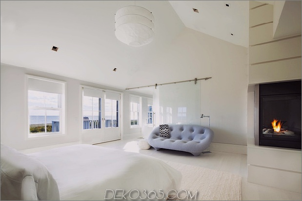traditionell-exterior-hides-bunt-zeitgenössisch-interior-29-master-bedroom.jpg