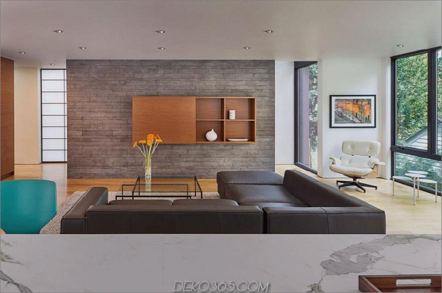 Helles Wohnzimmer badet in natürlichem Licht