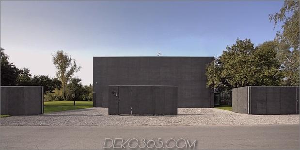 Haus schließt Betonwürfel, der verglaste Bereiche bedeckt 2 street thumb 630xauto 43062 Safe House: Amazing Home schließt sich in einen massiven Betonwürfel