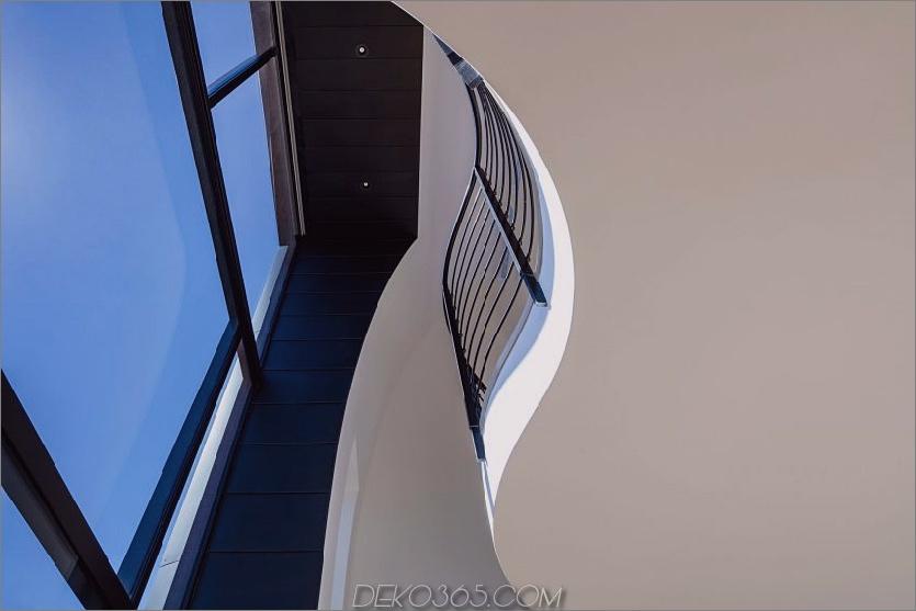 Doppelt hohe Fenster erfassen ein Stück Himmel