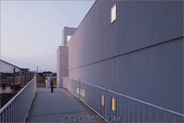 eng-urban-home-with-concrete-walls-and-upper-bridge-3.jpg