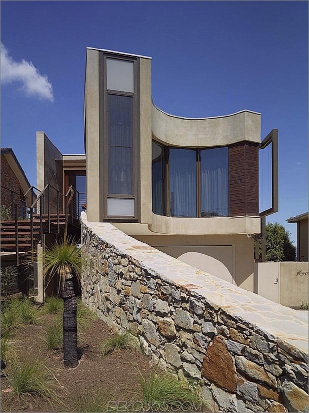 modernes Strandhaus mit geschwungener Fensterwand 2 thumb 630x840 11655 Seltsam geformtes Strandhaus auf einem schmalen Grundstück