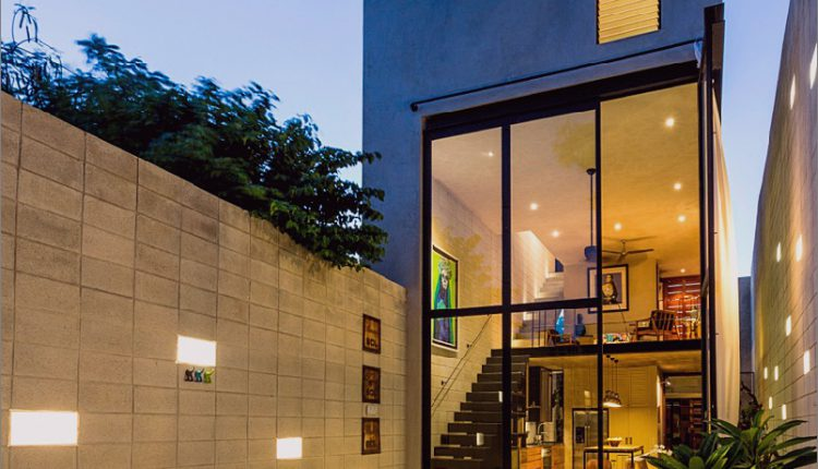 Skinny Concrete Home mit doppelthohen Glastüren_5c58e27601812.jpg