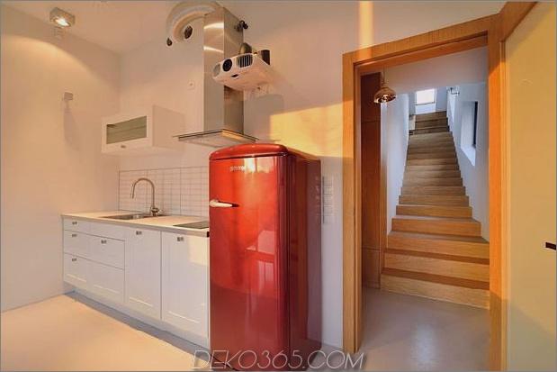 kleines haus - große aussage-vertikal-gekrümmte-fassade-10-kitchen.jpg