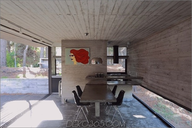 Beton-Stahl-Haus-versteckt-Kiefer-Wald-10-dining.jpg