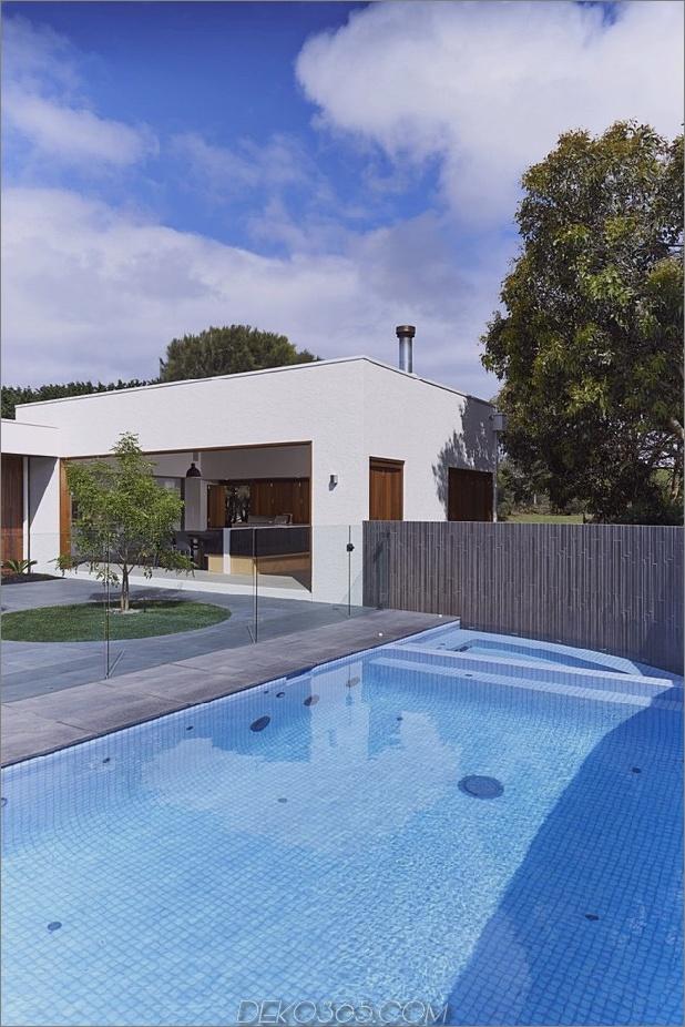 Sommerhaus-Erweiterung-schafft-privaten-Hof-14-Hof.jpg