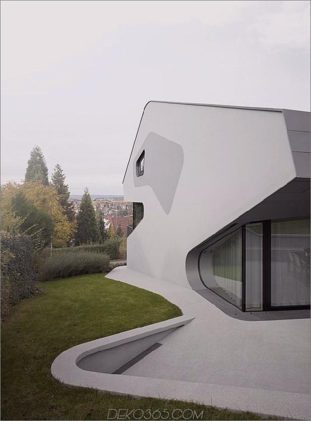 Stahlbeton-Haus-mit-Aluminium-Fassade-6-entlang-Wand.jpg