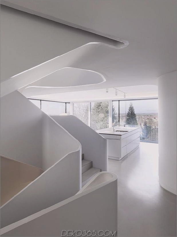 Stahlbeton-Haus-mit-Aluminium-Fassade-13-Küche-Treppe-far.jpg