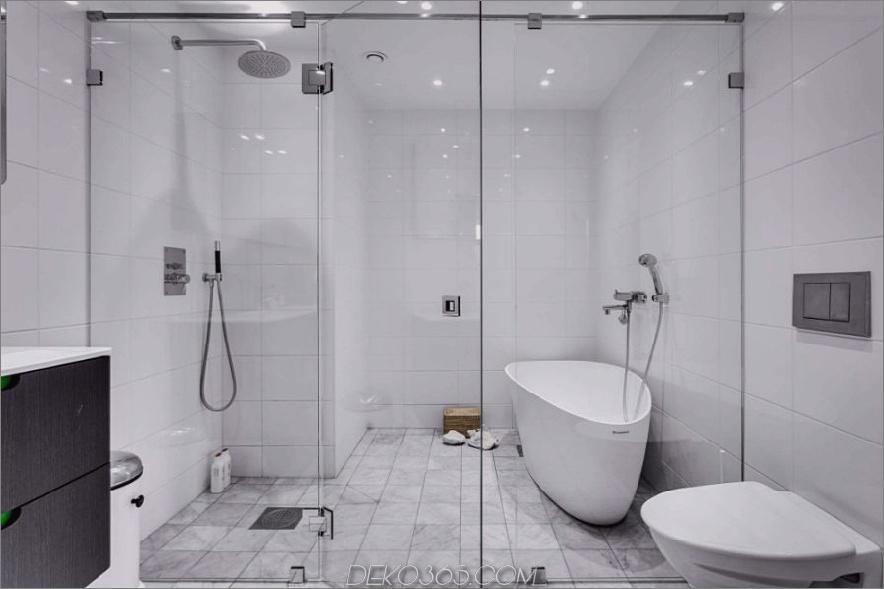 Das makellose weiße Bad vereint Badewanne und Dusche