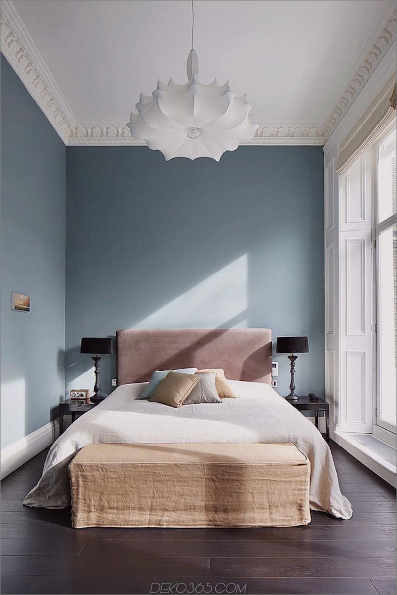 Stilvolles kleines Schlafzimmer mit hoher Decke