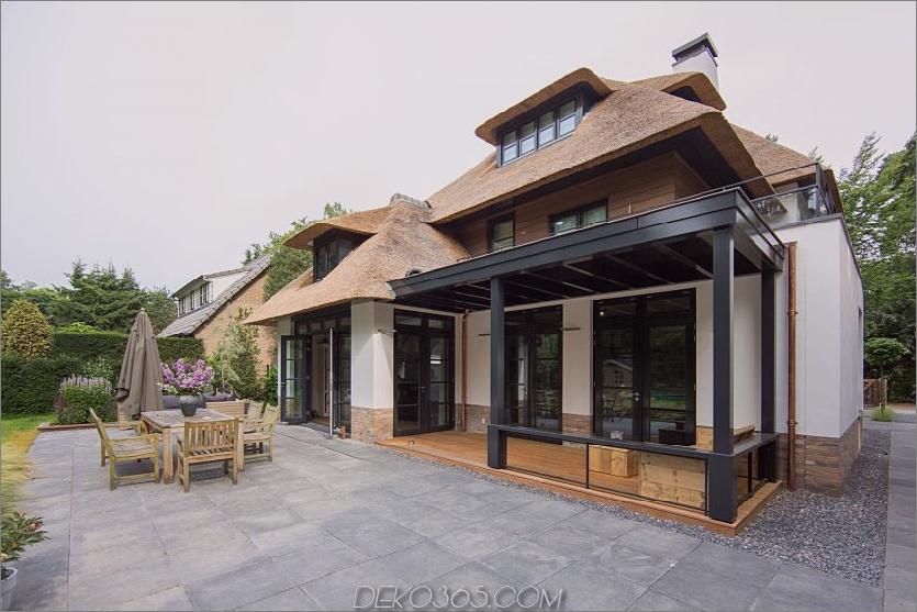 Eine gepflasterte Terrasse befindet sich direkt vor einem Speisesaal und lädt zu einem erfrischenden Abendessen im Freien ein