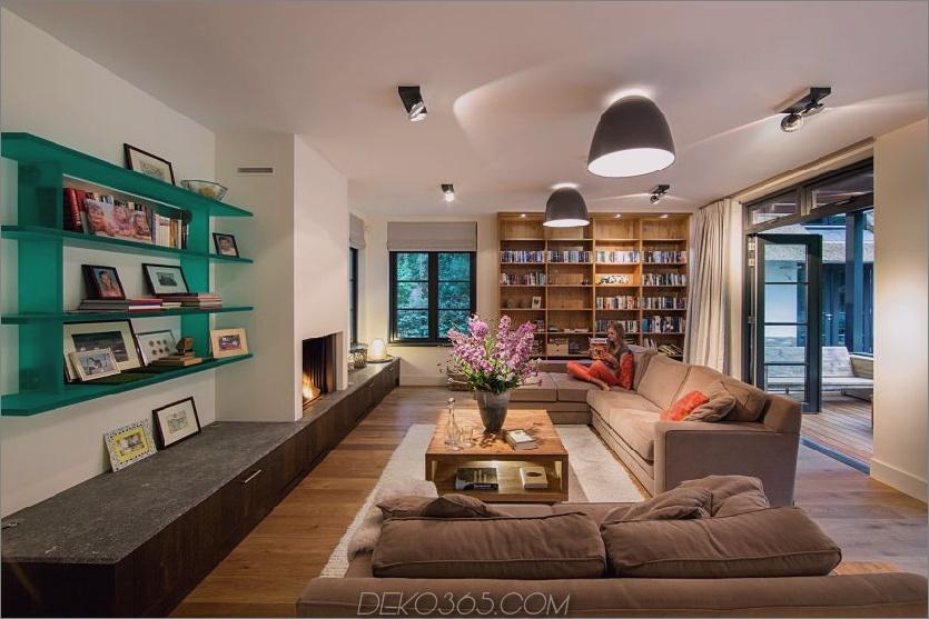 Das Wohnzimmer ist zum Lesen und Kommunizieren um einen Kamin ausgestattet