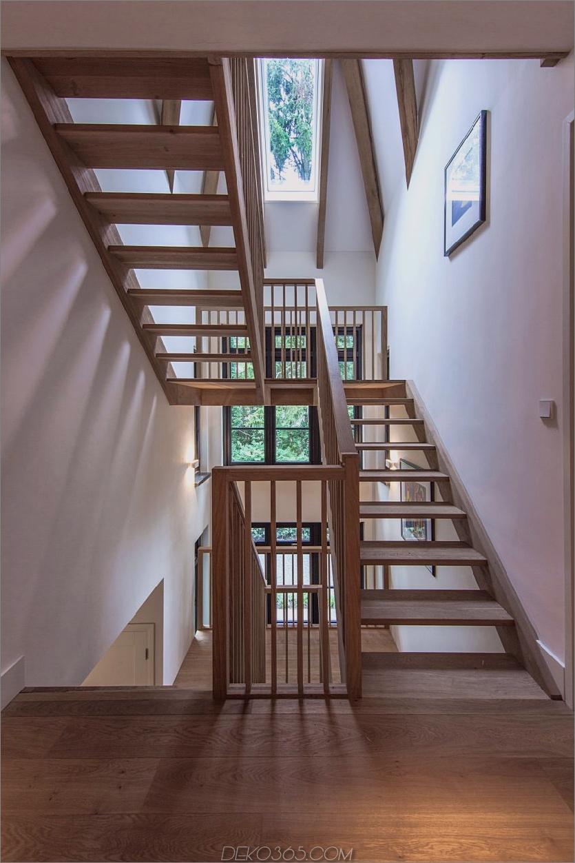 Holztreppe spielt sich schön entlang Holzbalken und Fußböden