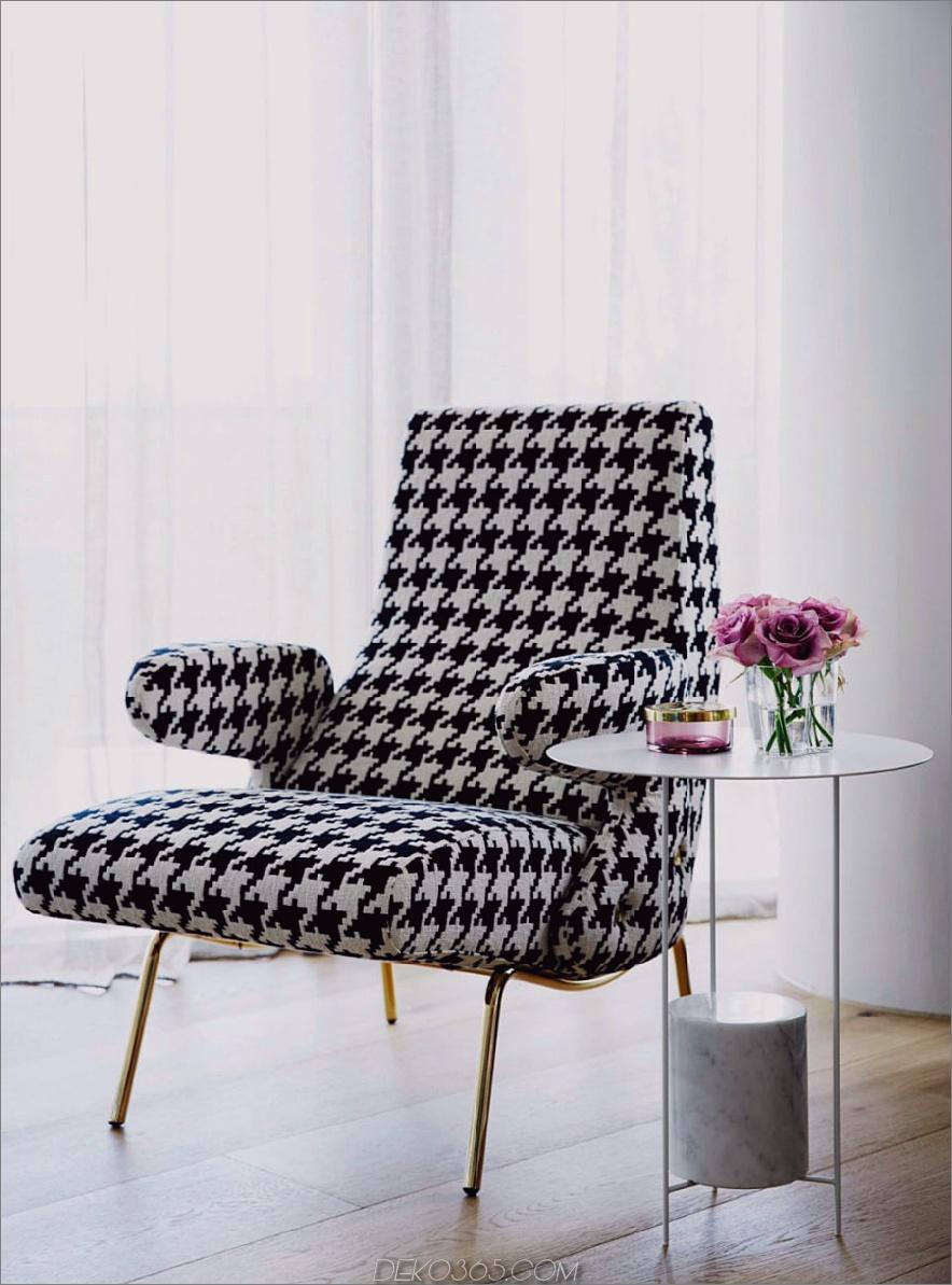 Ein moderner Lounge-Sessel aus der Mitte des Jahrhunderts zum Lesen vor dem Schlafengehen